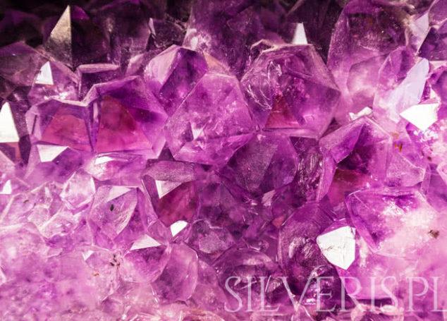 Biżuteria srebrna z kamieniami. Jak dopasować ją do swojej osobowości?