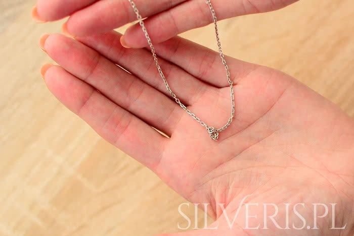 Zobacz sposoby na zaplątany łańcuszek srebrny