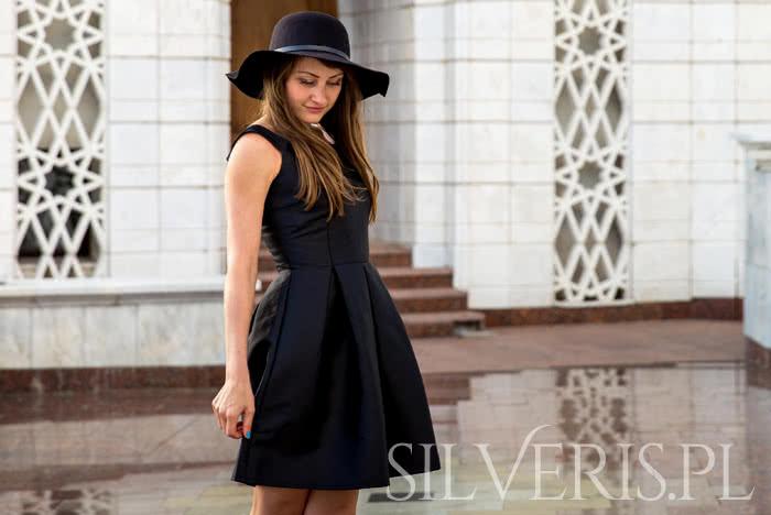 Jakie kolczyki do czarnej sukienki wybrać?