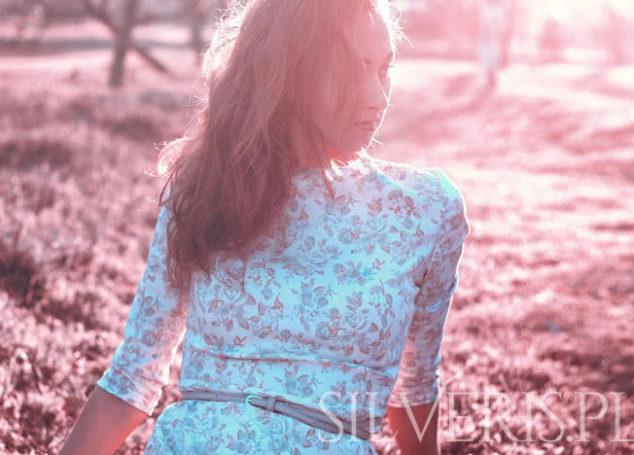 Kolczyki do sukienki w kwiaty – co wybrać?