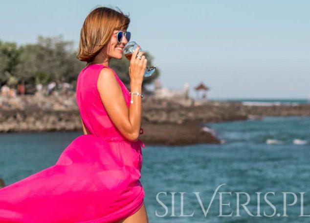 Jaka biżuteria do różowej sukienki
