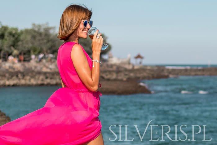 Piekna biżuteria do różowej sukienki