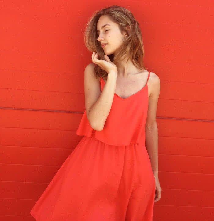 Sukienka z odkrytymi ramionami - jaka biżuteria?