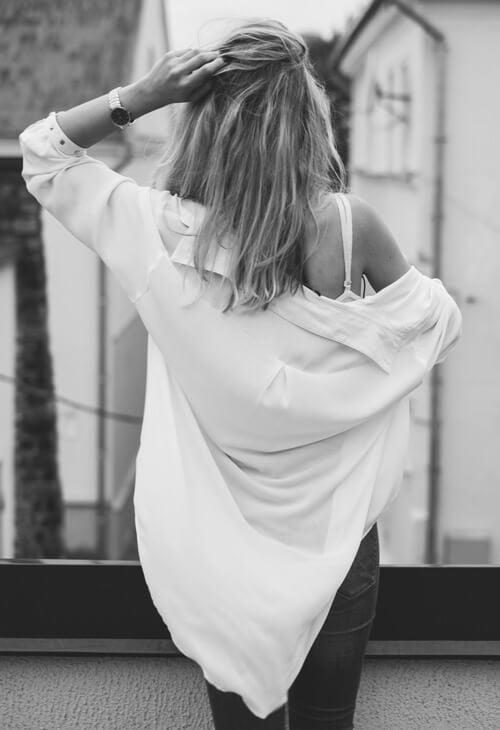 zdobiona biżuteria do białej koszuli
