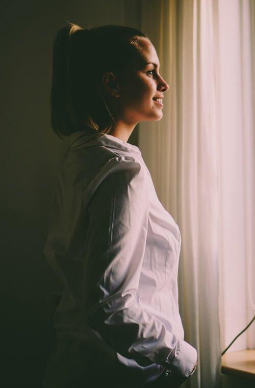 biżuteria do białej koszuli i bluzki