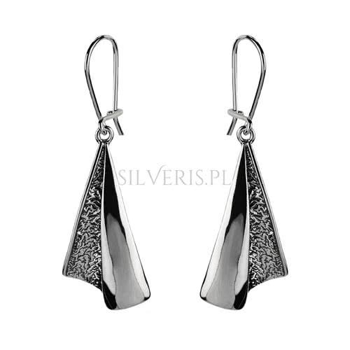 Kolczyki srebrne Żagle pasują do wzorzystej sukienki