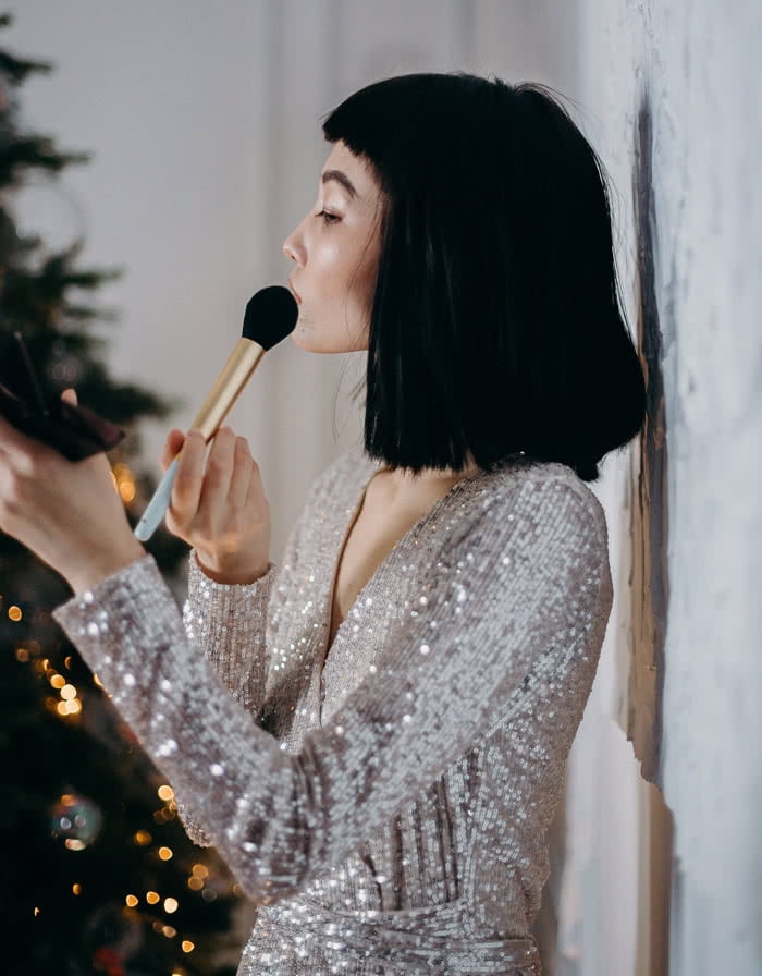 Cekinowa sukienka- dobór biżuterii