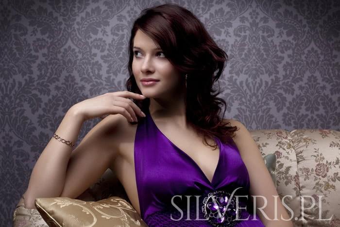Jaka biżuteria do fioletowej sukienki jest najlepszym wyborem?