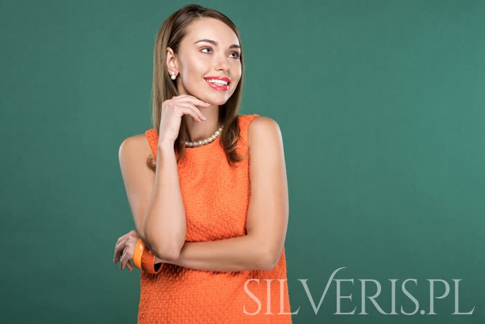 Biżuteria do pomarańczowej sukienki - pomagamy w wyborze