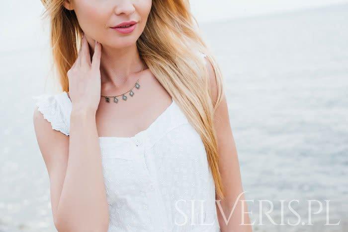 Biżuteria do białej sukienki - co wybrać?