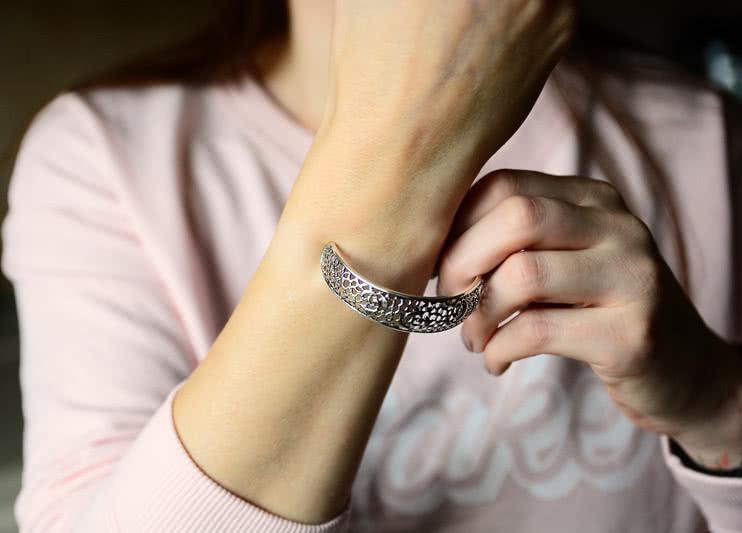 Jak nakładać sztywną bransoletkę?